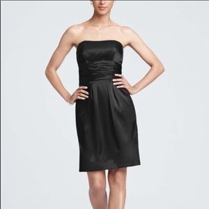 Short satin strapless dress with pockets